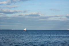 Landschaft mit Segelboot Stockfotografie