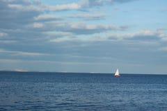 Landschaft mit Segelboot Lizenzfreie Stockfotografie