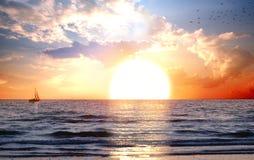 Landschaft mit Sonnenuntergang lizenzfreie stockfotografie