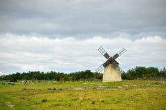 Landschaft mit stürmischem Himmel und Windmühle Stockfoto