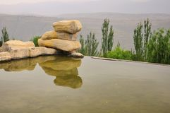 Landschaft mit Teich und Steinen lizenzfreie stockfotografie