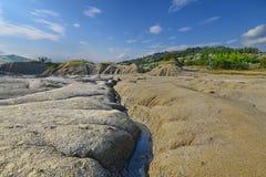 Landschaft mit vulkanischem Boden und natürlichem Abflusskanal Stockfotos