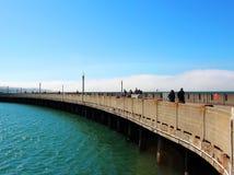 Landschaft mit Wasser und Promenade Stockfoto