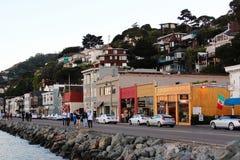 Landschaft mit Wasser und Promenade in Sausalito Stockbilder