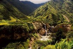 Landschaft mit Wasserfall in den Anden Stockbild