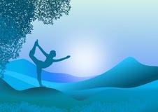 Landschaft mit weiblichem Schattenbild in der Yogaübung lizenzfreies stockbild
