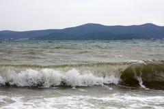 Landschaft mit Wellen und Bergen auf Insel lizenzfreie stockbilder
