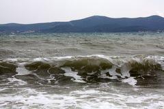 Landschaft mit Wellen und Bergen auf Insel lizenzfreie stockfotos