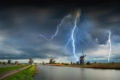 Landschaft mit Windmühlen und Blitzen Lizenzfreies Stockbild