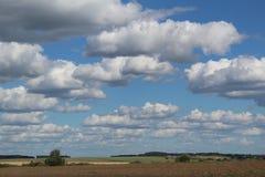 Landschaft mit Wolken und blauem Himmel lizenzfreies stockfoto