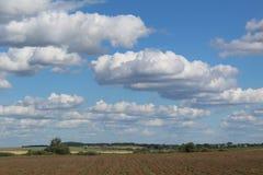 Landschaft mit Wolken und blauem Himmel stockfoto