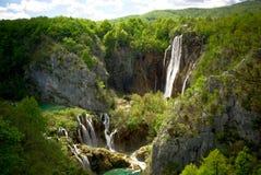 Landschaft mit zwei Wasserfällen in den Bergen Stockbild