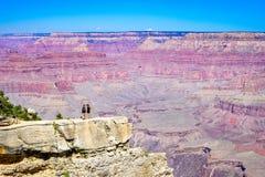 Landschaft am Nationalpark des Grand Canyon und Stellung auf der Klippe lizenzfreie stockfotografie