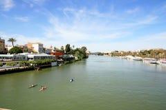 Landschaft Sevilla-, Guadalquivir-Fluss u. Gebäude stockbild