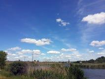 landschaft Sommerflussbank lizenzfreie stockfotos