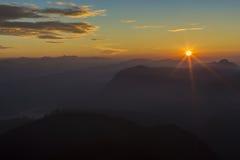 landschaft Sonnenaufgang auf der Berg-Adam-` s Spitze Sri Lanka Stockfotografie