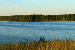 Landschaft in Sonnenuntergang, Wald und Fluss Lizenzfreie Stockfotografie