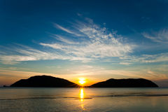 Landschaft. Sonnenunterganghimmel, -meer und -berge. Lizenzfreies Stockfoto