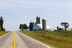 Landschaft-Straße mit Bauernhof Stockfoto