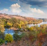 Landschaft - Tal von Fluss im Herbst, schöner sonniger Tag Stockbild