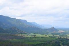 Landschaft in Theni, Tamilnadu, Indien - natürlicher Hintergrund mit Hügeln, dem Grün und bewölktem Himmel Lizenzfreie Stockfotografie