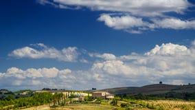 Landschaft in Toskana mit Weinbergen und Ackerland Stockfotos