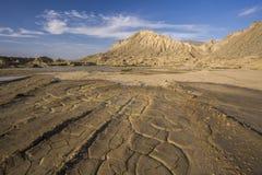 Landschaft, trockenes gebrochenes Land und Berg Lizenzfreie Stockfotos
