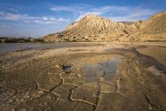 Landschaft, trockenes gebrochenes Land und Berg Lizenzfreie Stockfotografie