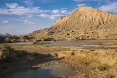 Landschaft, trockenes gebrochenes Land und Berg Lizenzfreies Stockbild