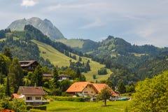 Landschaft um Kleinstadt von Gruyeres lizenzfreie stockbilder