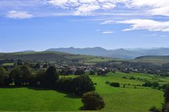 Landschaft und Bauernhof mit Bergen lizenzfreie stockbilder