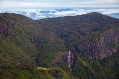 Landschaft und erstaunlicher Wasserfall bei Adams Höchst-Sri Lanka Lizenzfreie Stockfotos