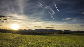Landschaft unter dem Sonnenuntergang stock video
