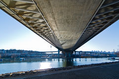 Landschaft unter der Kabelbrücke in Ada-Binneninsel in Belgrad Lizenzfreies Stockfoto