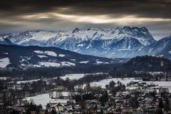 Landschaft von Alpen nahe Salzburg bedeckte durch Schnee am bewölkten Tag stockfotos