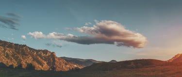 Landschaft von Altai-Bergen mit großer attraktiver Wolke oben Lizenzfreie Stockbilder