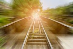 Landschaft von Bahnstrecken mit Bewegungsunschärfeeffekt Stockbild