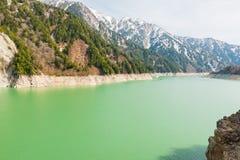 Landschaft von Bergen mit grünem See an Kurobe-Verdammung Lizenzfreies Stockbild