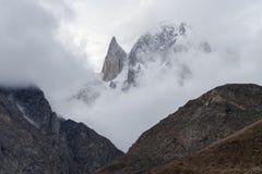Landschaft von Bergen morgens mit Nebel und bewölkter Umwelt morgens und Gipfel der Dame ` Fingerbergspitze Lizenzfreies Stockbild