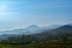 Landschaft von Bergen um lembang stockfotos