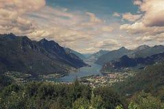Landschaft von Bergen und von Gras von Süd-Tirol in Italien Stockbilder