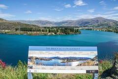 Landschaft von blauem See bei Bruce Jackson Lookout in Neuseeland stockbilder