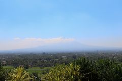 Landschaft von Bromo-Vulkan von Abhayagiri-Restaurant, Yogyakarta, Indonesien Stockfotografie