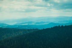 Landschaft von den Bergen eingehüllt in Nebel stockbild