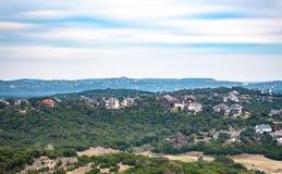 Landschaft von den Häusern angeschmiegt in den Bäumen, errichtet in Hügelland von Austin, Texas lizenzfreies stockfoto