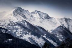 Landschaft von den hohen Alpen bedeckt durch Schnee am Morgen lizenzfreies stockbild