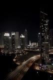 Landschaft von Dubai-Jachthafen mit Gebäuden und Nacht stockbilder