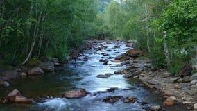 Landschaft von einem Gebirgsfluss auf den Pyrenäen von Andorra stock footage