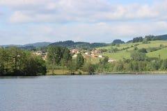 Landschaft von einem See in den Bergen mit Häusern Lizenzfreie Stockfotos