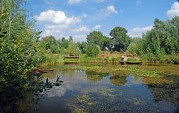 Landschaft von einem See mit einem Wald Lizenzfreies Stockfoto